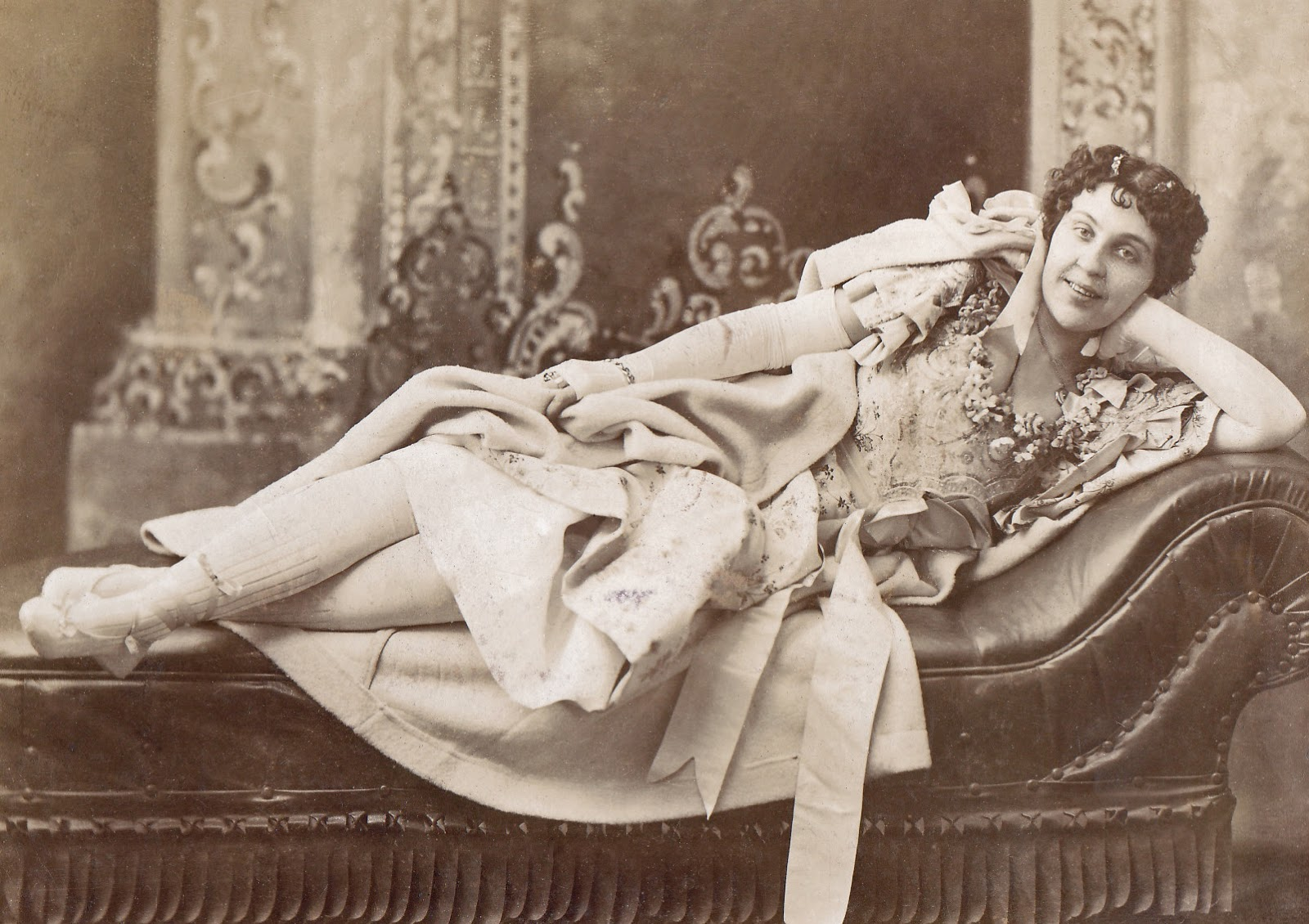 Woman on a fainting couch, Chicago